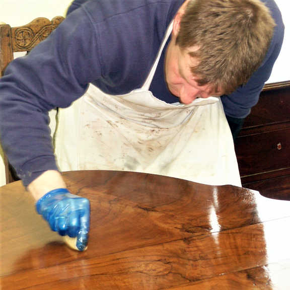 French polishing a table